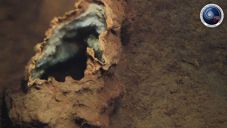 Veja Fissuras Hidrotermais Oceânicas em Águas Surpreendentemente Rasas