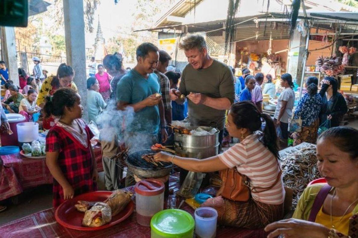 Gordon Ramsay e o chef local Joy Ngeuamboupha provam comidas tradicionais no mercado diário de Nakasong, ...