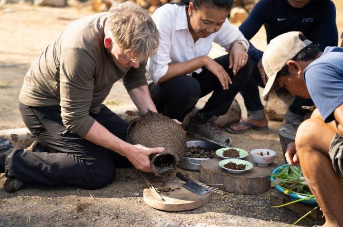 "Gordon Ramsay aprende a preparar insetos, chamados ""morde pés"", com os cozinheiros laosianos."
