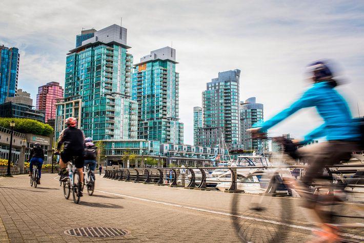 Pessoas a andar de bicicleta em Vancouver, no Canadá