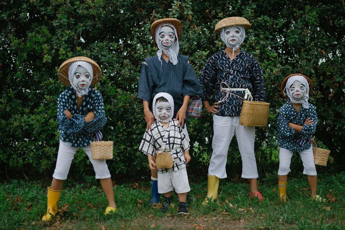 Crianças vestidas e maquilhadas de pescadores bêbedos