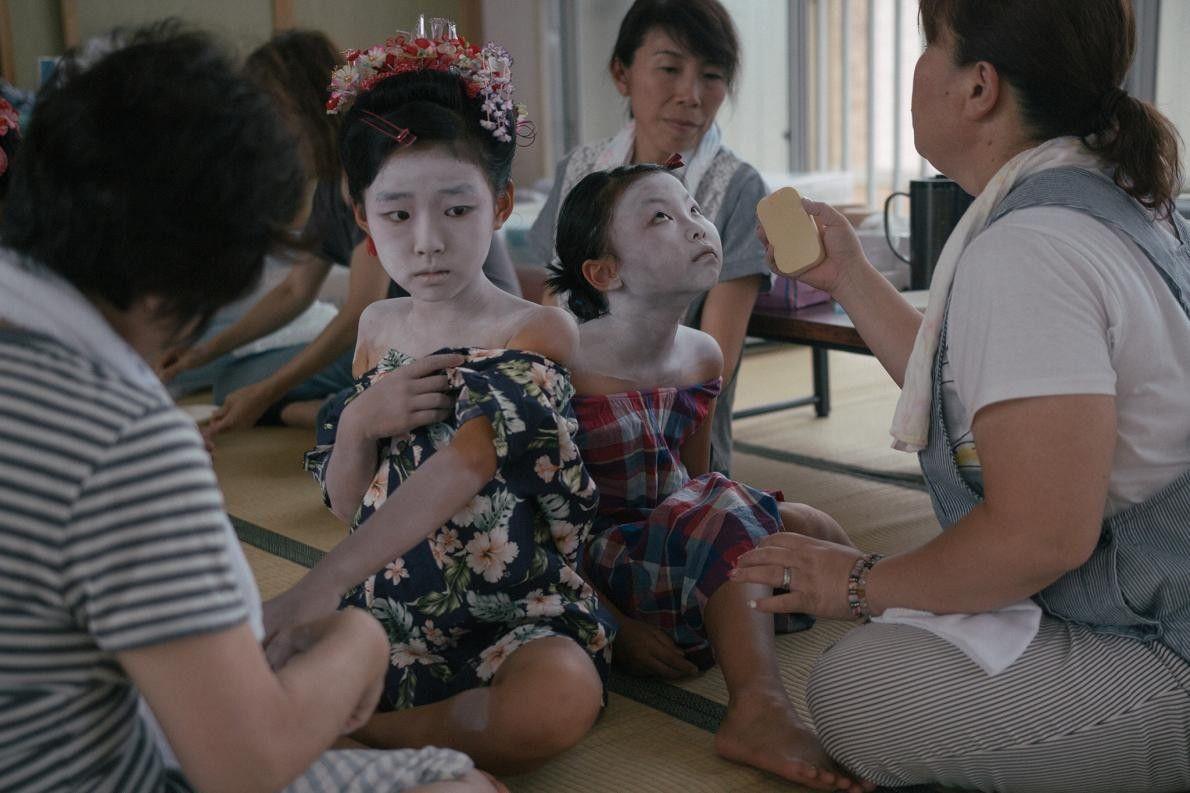 Duas meninas são maquilhadas de Lady Shizuka