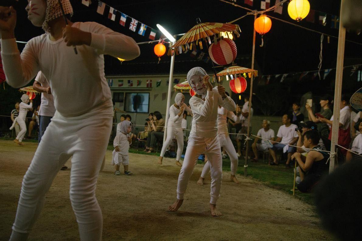 Um grupo de kitsune dança bon dance