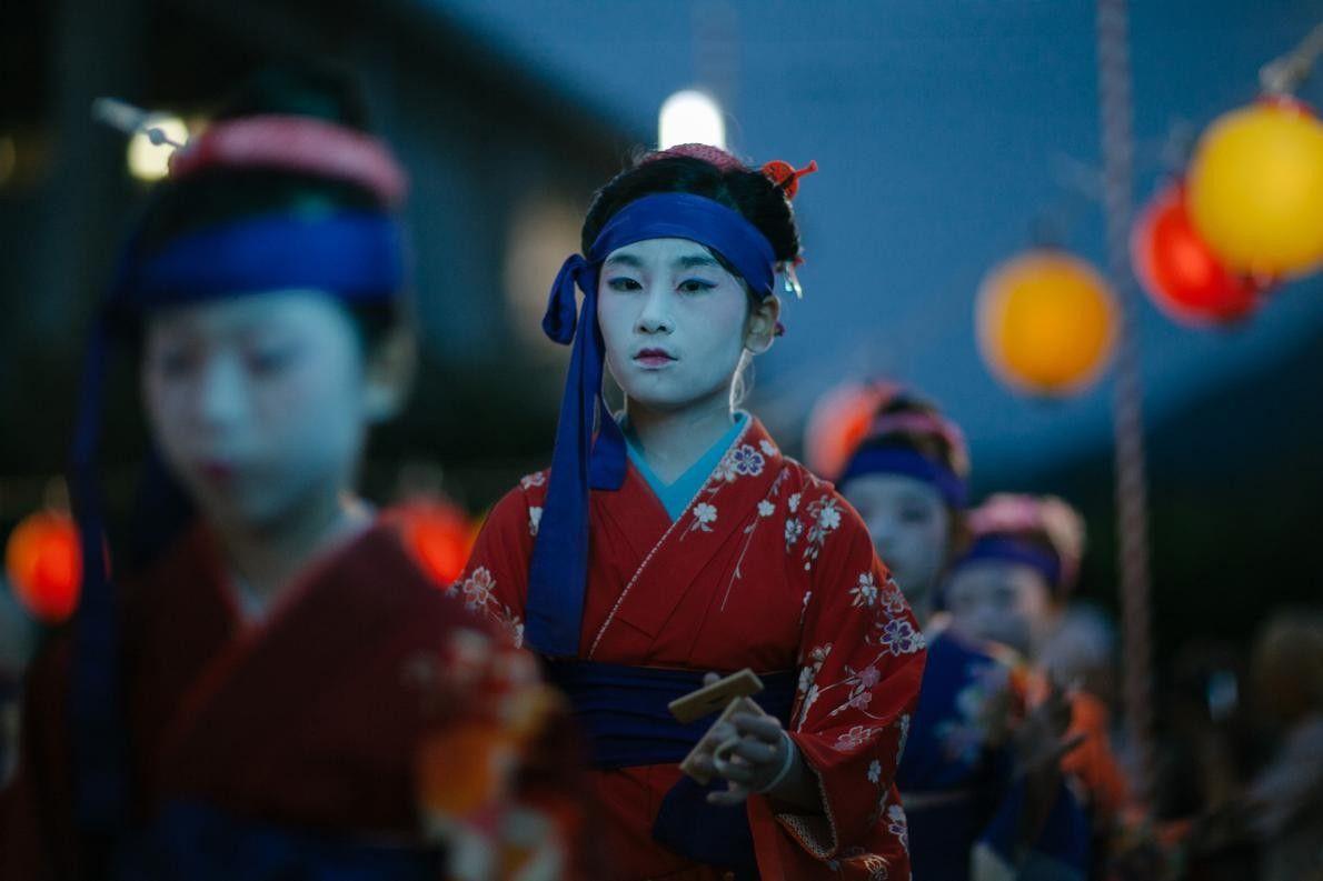 Uma rapariga vestida de geisha