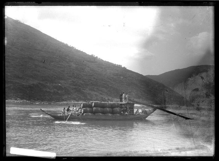 Aspeto de barco rabelo a navegar o rio Douro com pipas de vinho do Porto, década ...