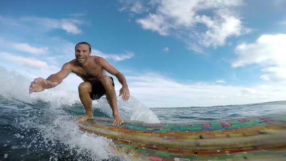 Porque é que o Músico Jack Johnson Navegou pelo Mar dos Sargaços à Procura de Plástico?