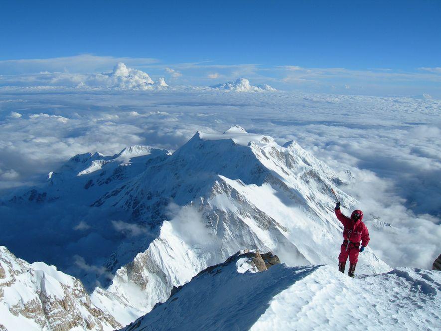 No ano em que se assinalam os 20 anos da sua escalada ao Monte Evereste, entrevistámos ...