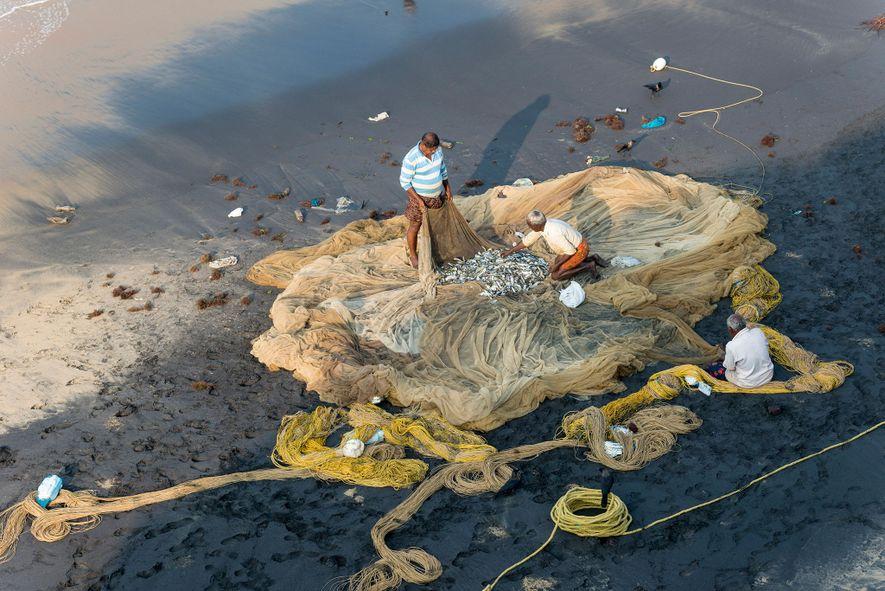 Pescadores inspecionam as suas redes
