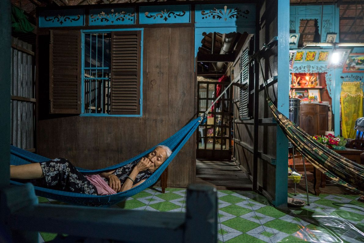Como tantos outros habitantes que vivem nas margens do rio Tien, Phan Thi, de 86 anos, ...