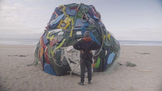 Bordalo II em frente à sua obra Terra - uma rocha estranha