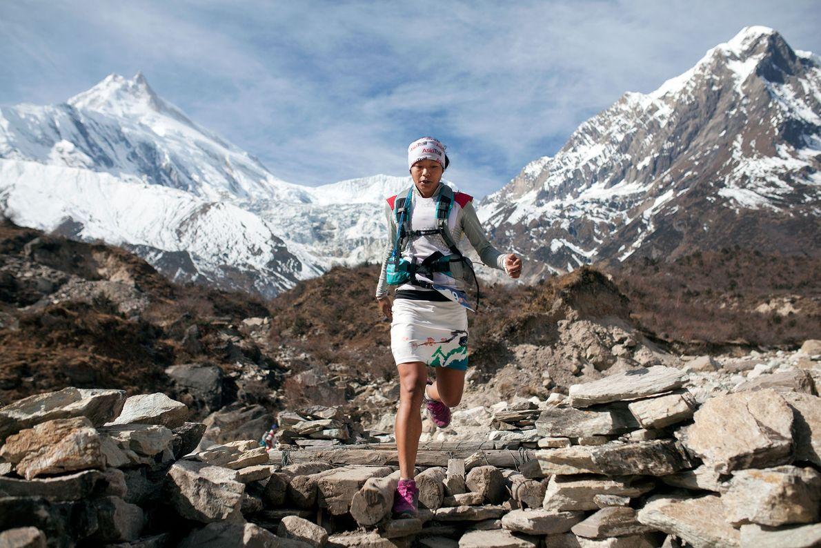 Imagem da atleta Mira Rai a correr em grande altitude, no Nepal.
