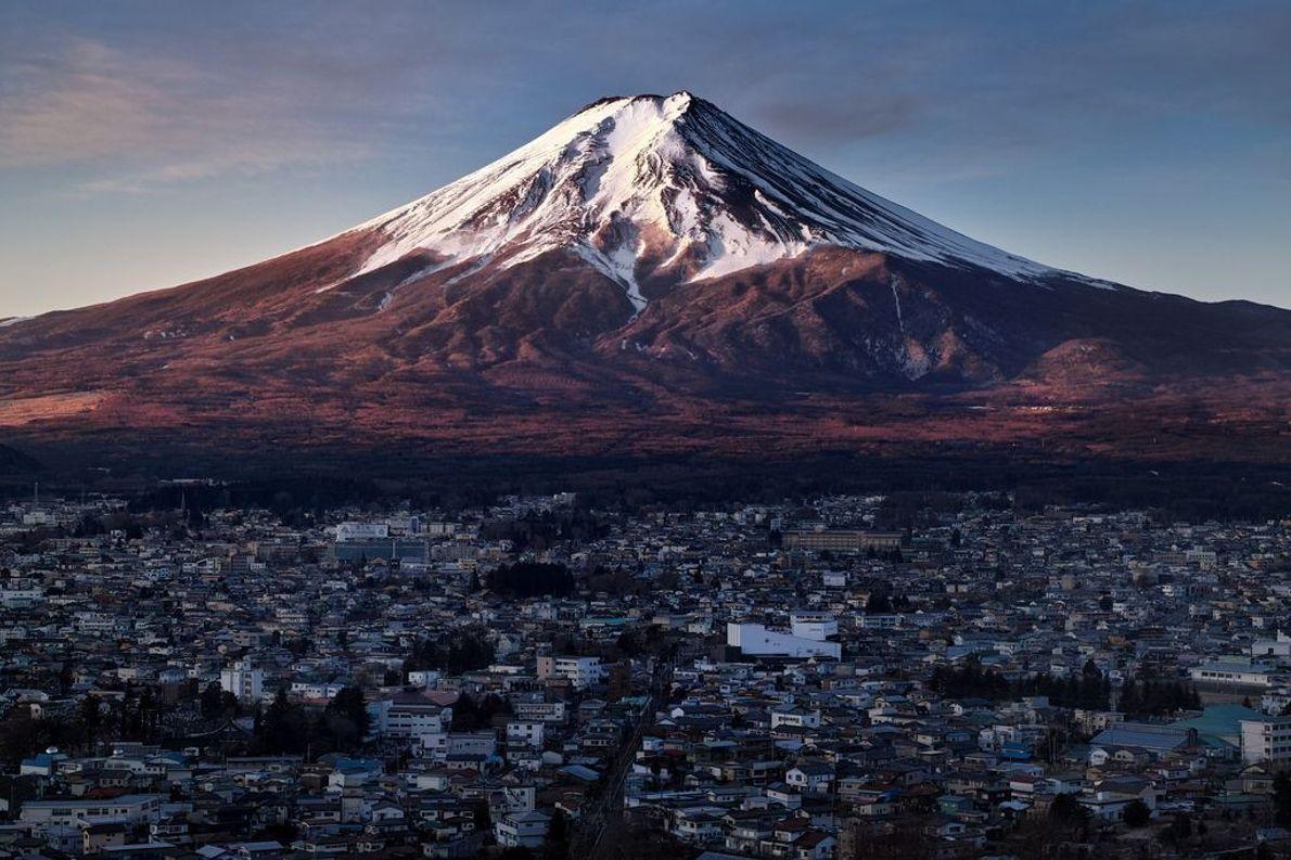 Monte Fuji iluminado pelo amanhecer