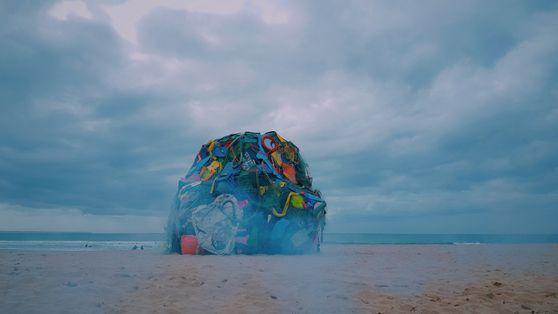 Teaser: One Strange Rock por Bordalo II