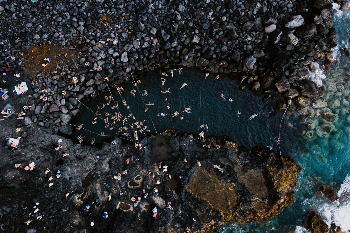 Fotografia das piscinas naturais de água quente na Ponta da Ferraria.