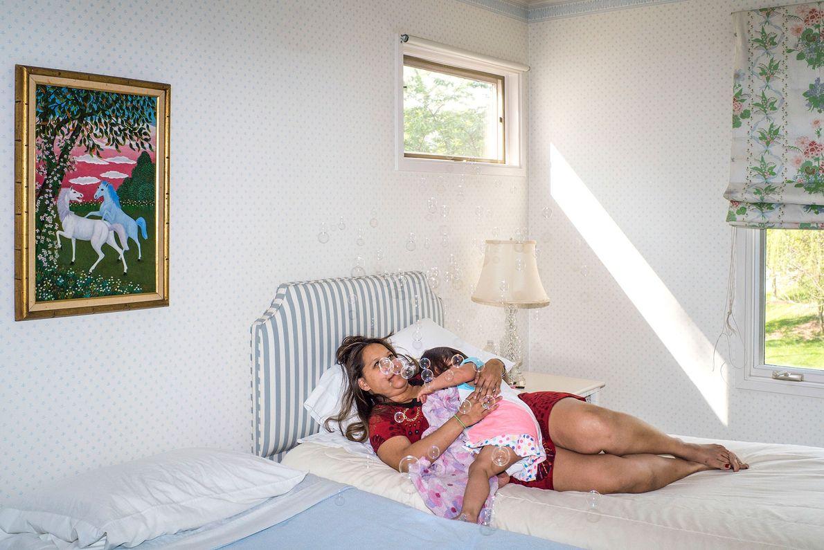 A irmã e a sobrinha do fotógrafo com um frasco de bolinhas de sabão.