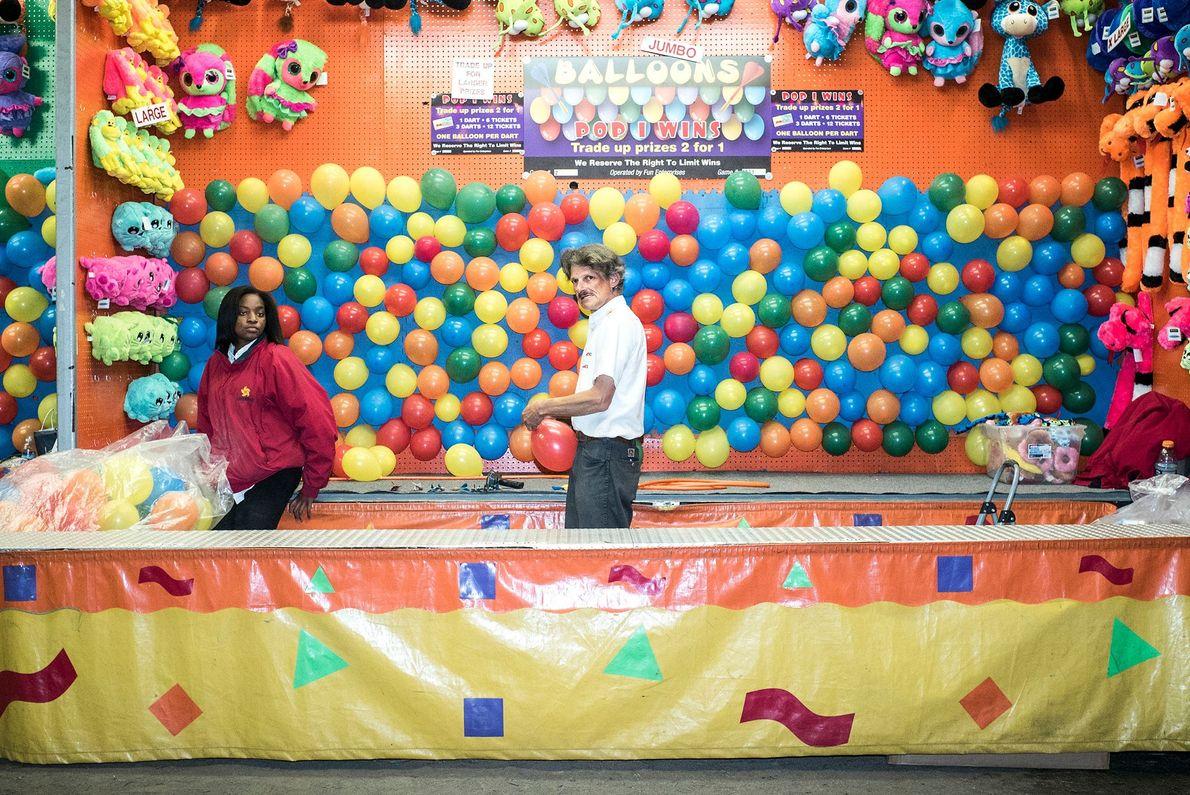 Barraca onde se rebentam balões com dardos na feira da cidade de Portland.