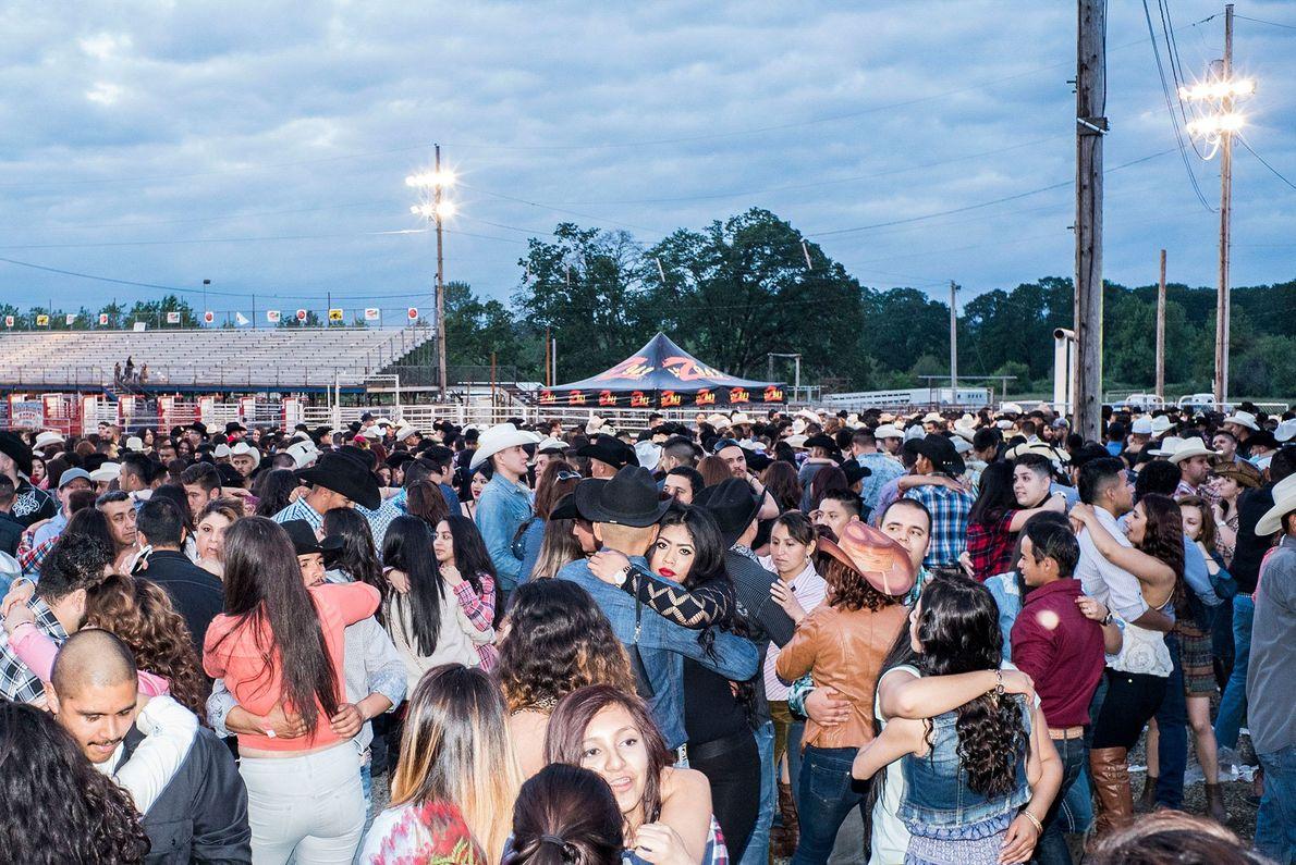 Uma dança após o rodeo de Molalla Buckeroo, em Molalla.