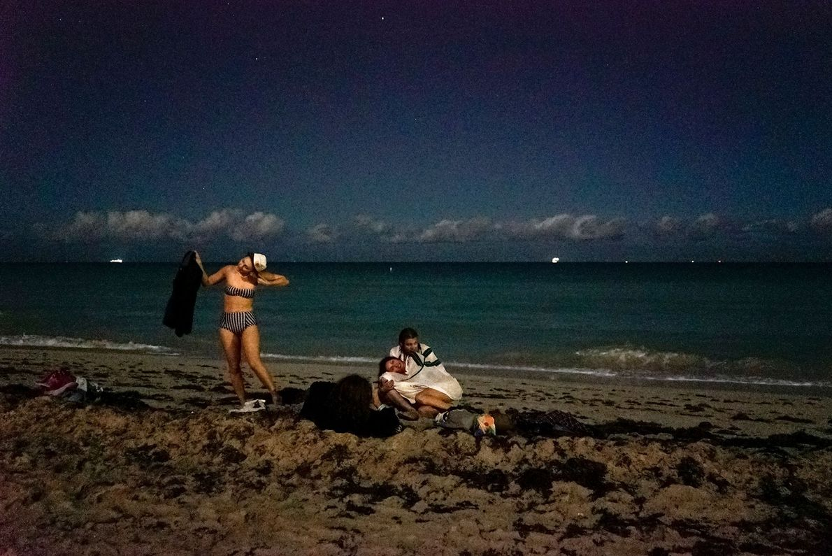 Festa noturna numa praia, em Miami.