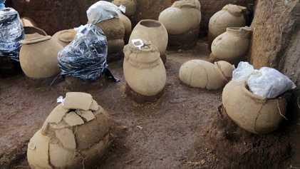 Esqueletos em Urnas Entre Artefactos Encontrados num Cemitério com Mil Anos