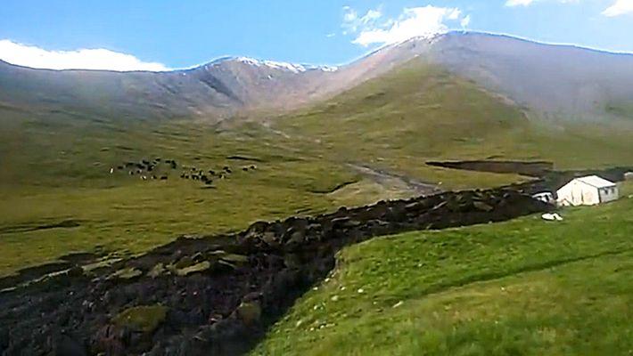 Deslizamento de Terra Semelhante a Lava Escorre em Montanha