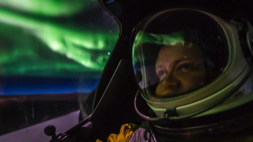 Avião U-2 Voa Através de Magnífica Aurora Boreal