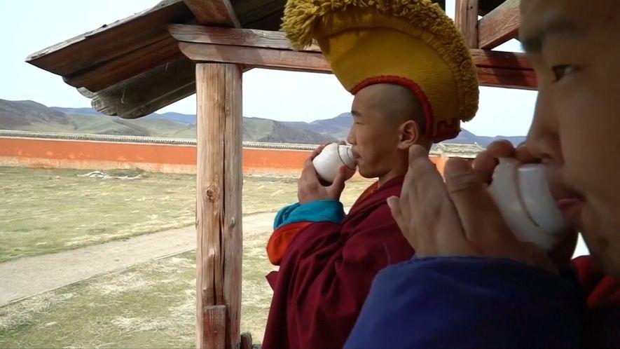 Veja Monges Milenares a Adaptarem-se ao Mundo Moderno de Hoje