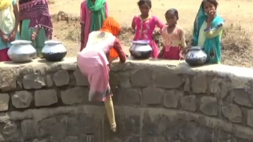 Crianças na Índia Descem 12 Metros Para Encontrar Água