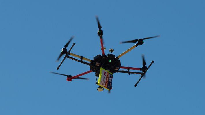 Banhistas Resgatados Por um Drone em Mar Agitado
