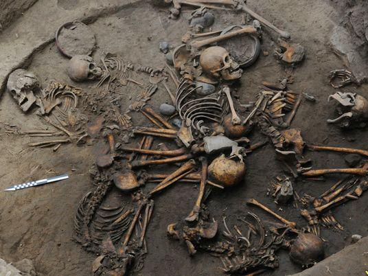 Descobertos Esqueletos Entrelaçados num Túmulo Pré-Azteca