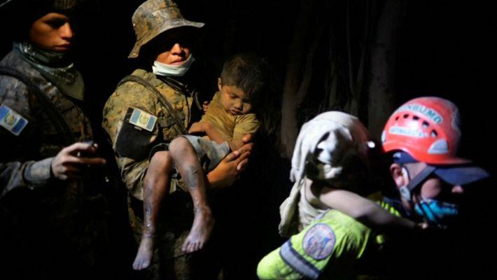 Erupção Vulcânica Mortal Cobre a Guatemala em Cinzas e Escombros