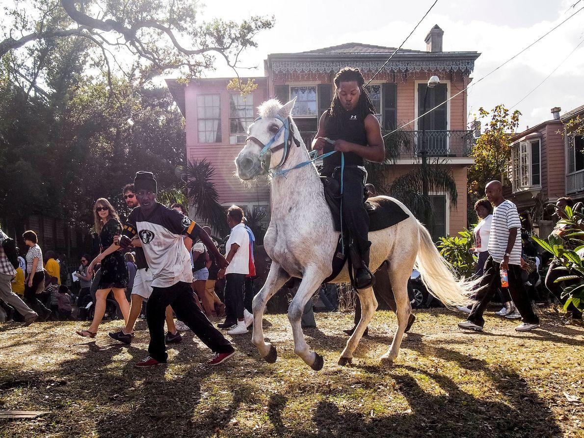 Um homem monta a cavalo.