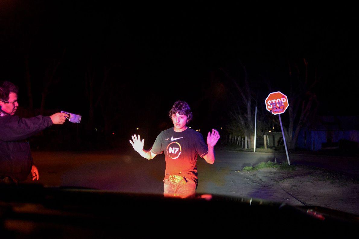 Um jovem é detido pelo agente Jesse Jack por espancar dois homens.