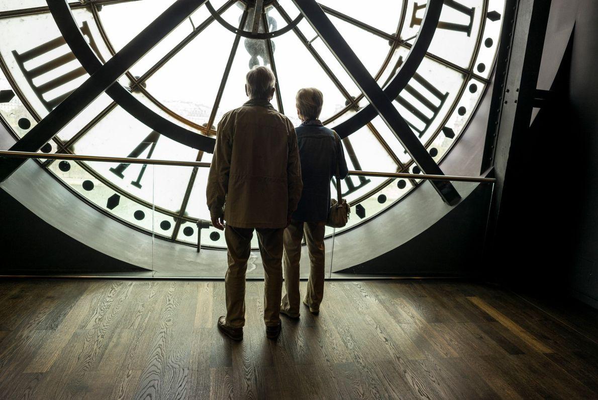Um casal olha para o Rio Sena no Museu d'Orsay, que antigamente era um terminal de ...
