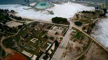 Veja como esta antiga cidade grega coexiste em perfeita harmonia com uma criação natural