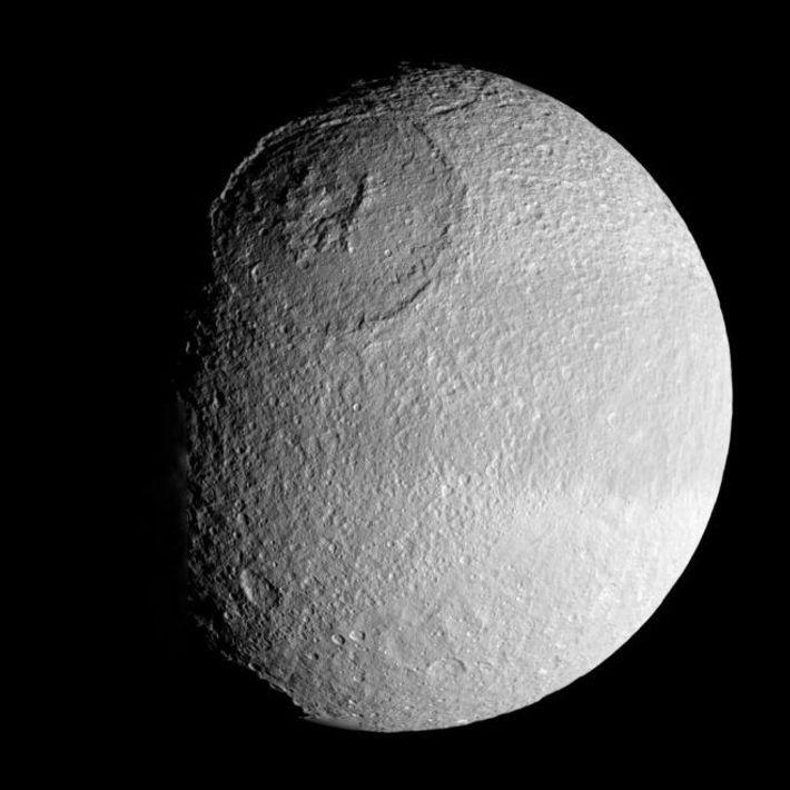 A enorme cratera de Odysseus, em Tethys, tem 450 quilómetros de largura e 10 quilómetros de ...