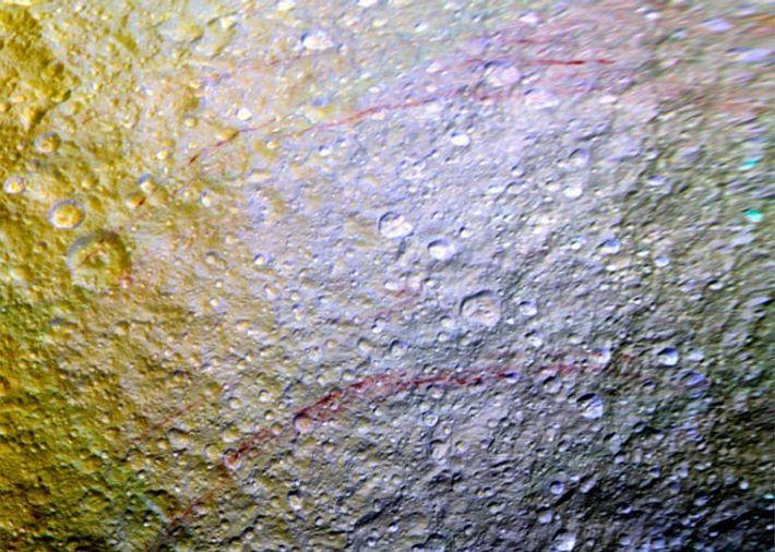 Misteriosos veios vermelhos pintados em Tethys