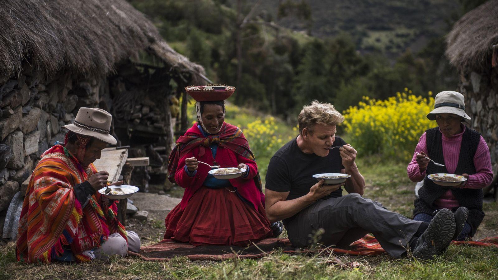 """Gordon Ramsay e uma família de agricultores locais desfrutam juntos de """"Lawa de Chuno"""", um prato ..."""