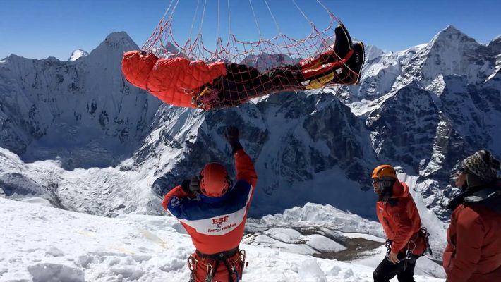 Socorrista de Helicóptero Salva Vidas em Locais Inalcançáveis