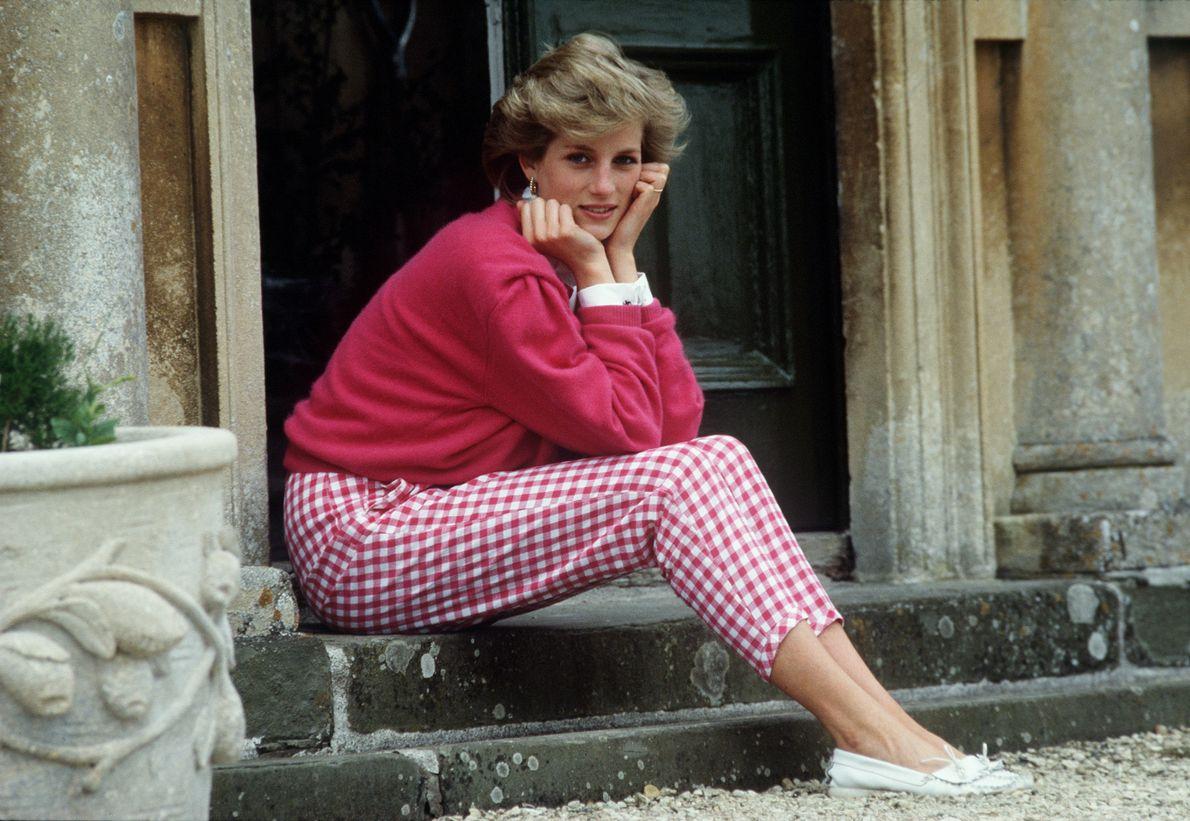A Princesa Diana nos degraus de sua casa em Highgrove, Gloucestershite