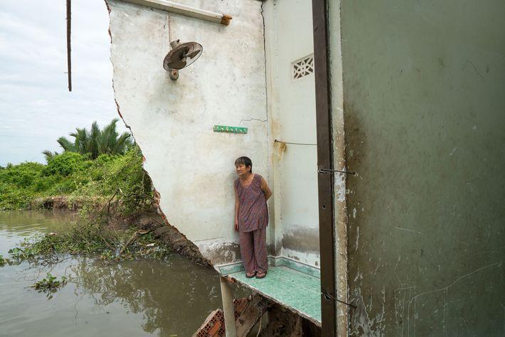 Ba Tu, de 72 anos, regressou ao que restava da sua casa em Nha Be