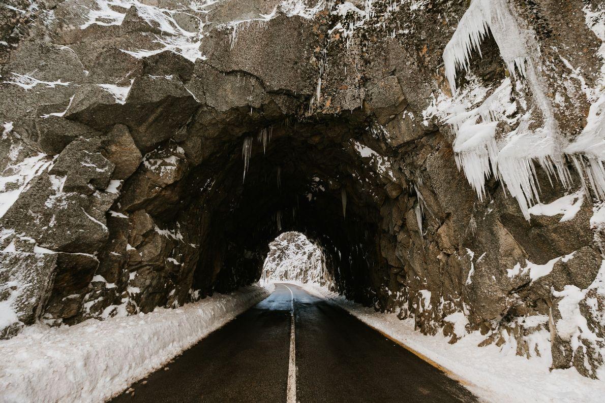 Um túnel de pedra coberto de neve.