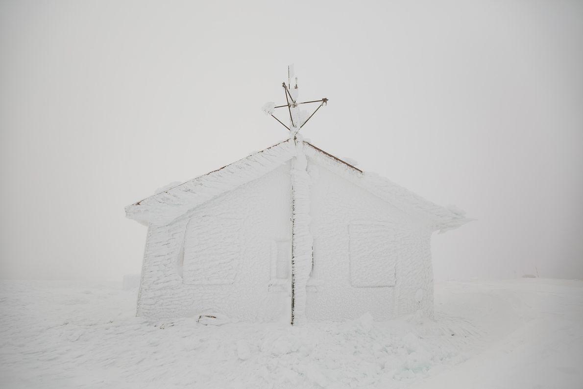 Casa coberta de neve da torre da Serra da Estrela.