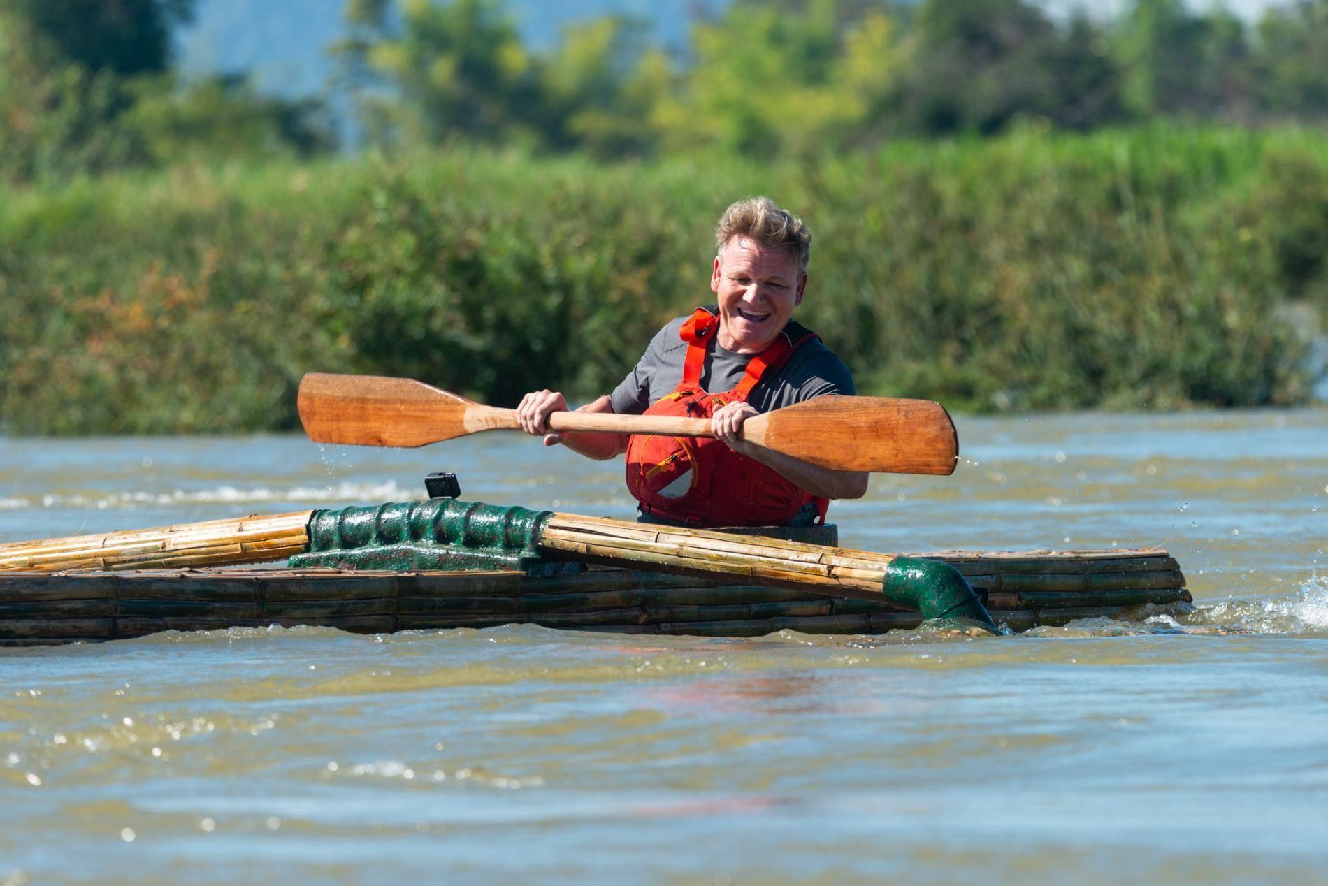 Gordon Ramsay rema pelo rio Mekong, uma fonte vital de comida no Laos.