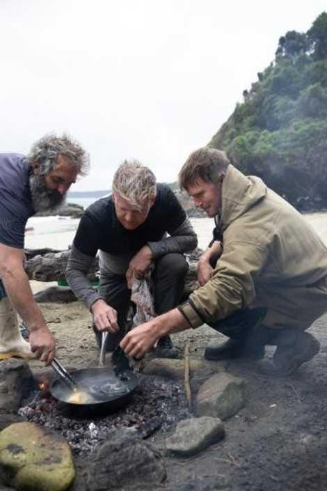 Pescadores locais, Fluff (à esquerda) e Zane (à direita), ensinam Gordon Ramsay (ao centro) a cozinhar ...