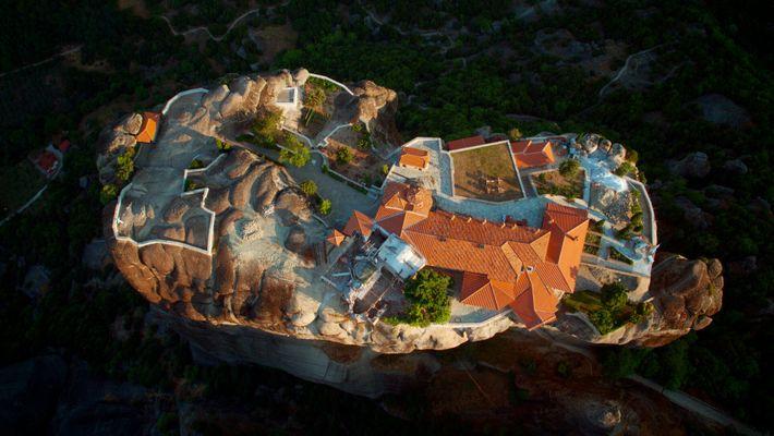 Os mosteiros de Meteora, difíceis de ver do solo, surpreendentes do ar