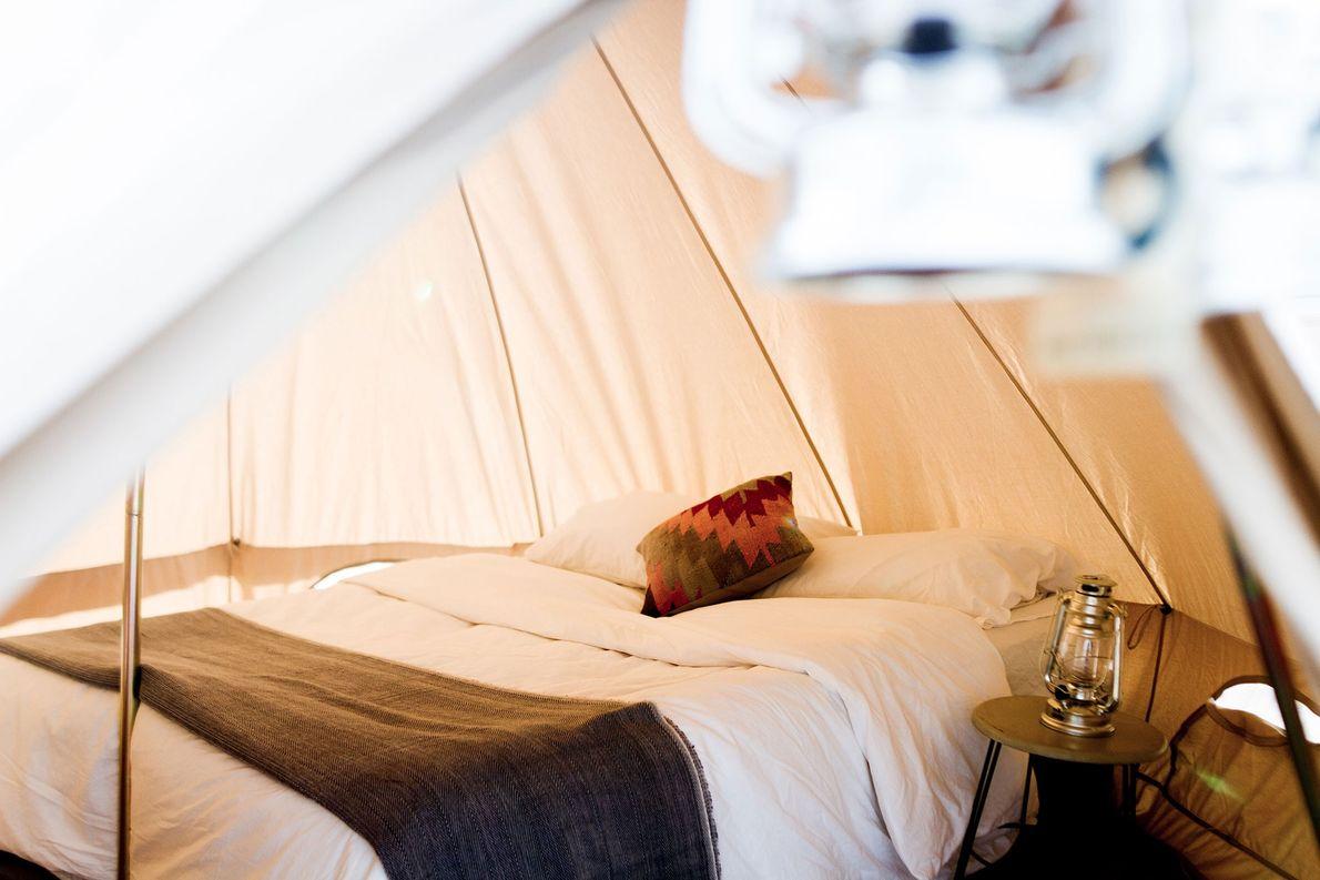 Quem ficar hospedado numa das tendas Lotus Belle de Wanderland Popup pode aconchegar-se em mantas peruanas, …