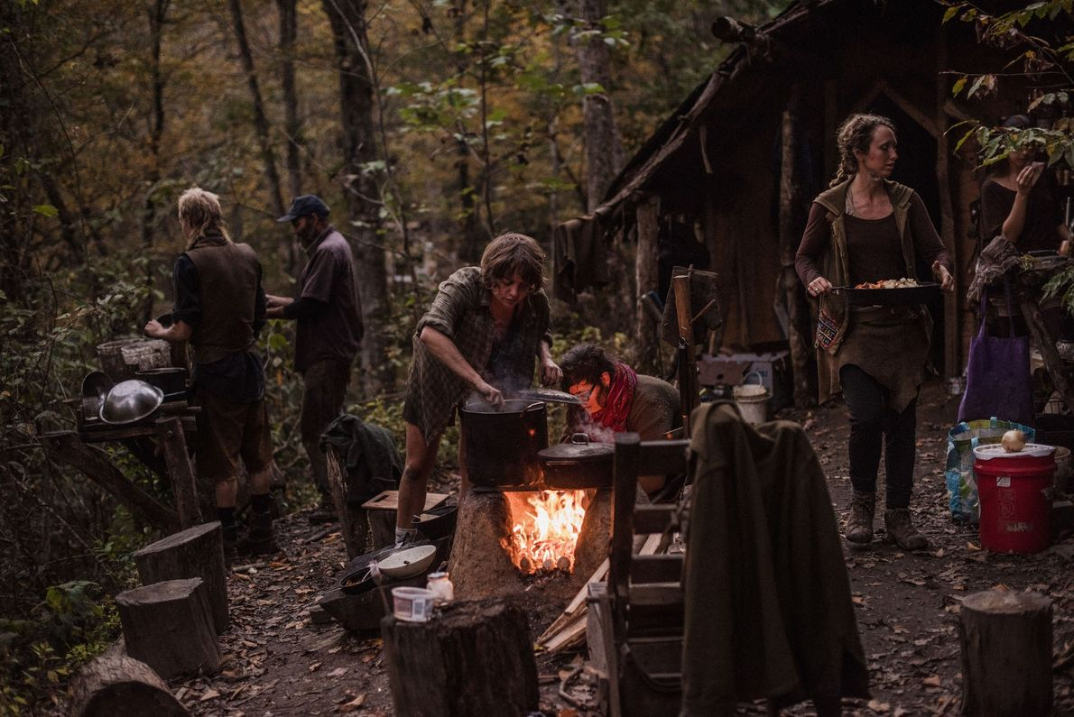 Jantar à fogueira de uma comunidade na floresta