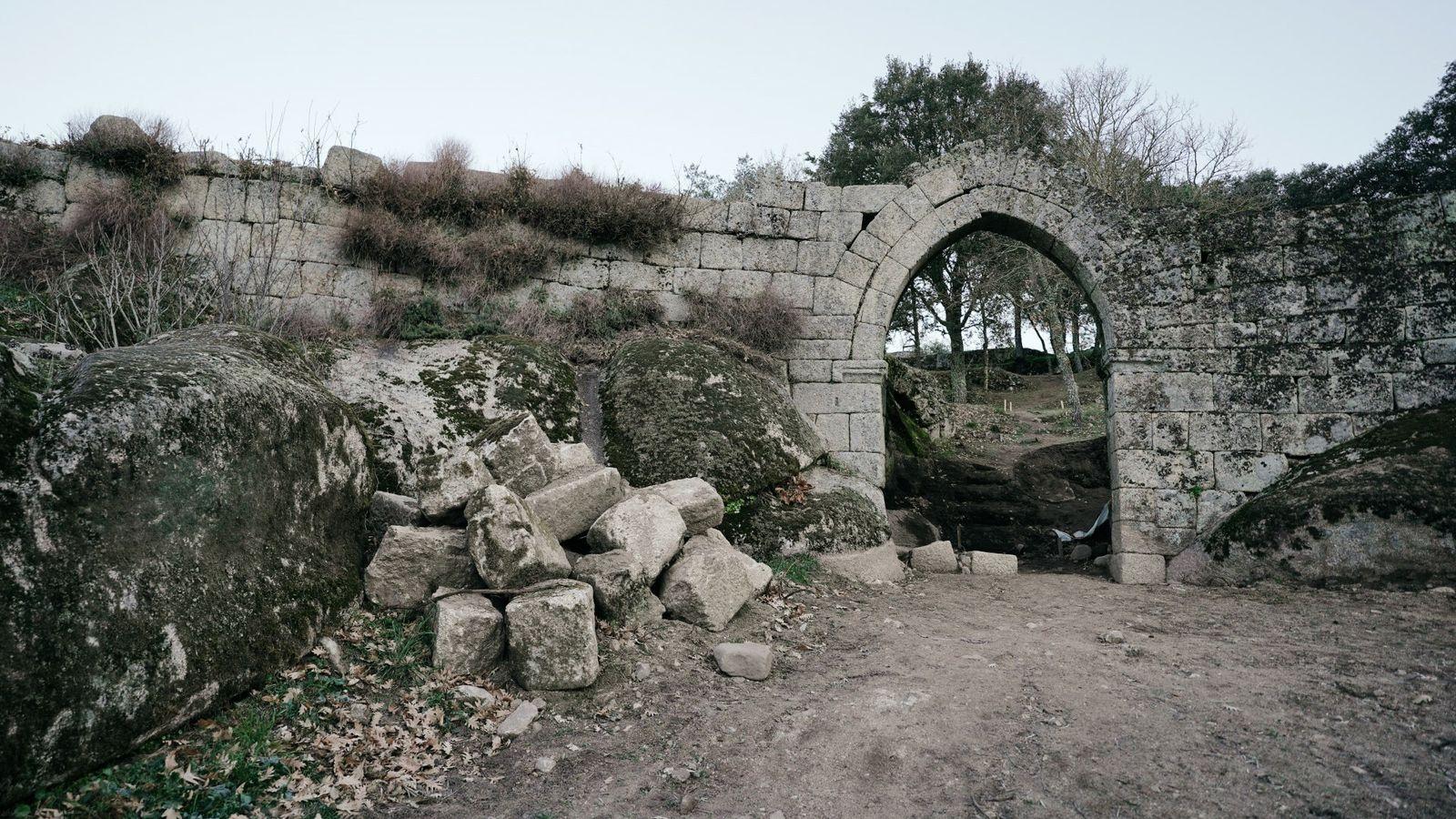 Arco gótico do Castelo de Vila do Touro