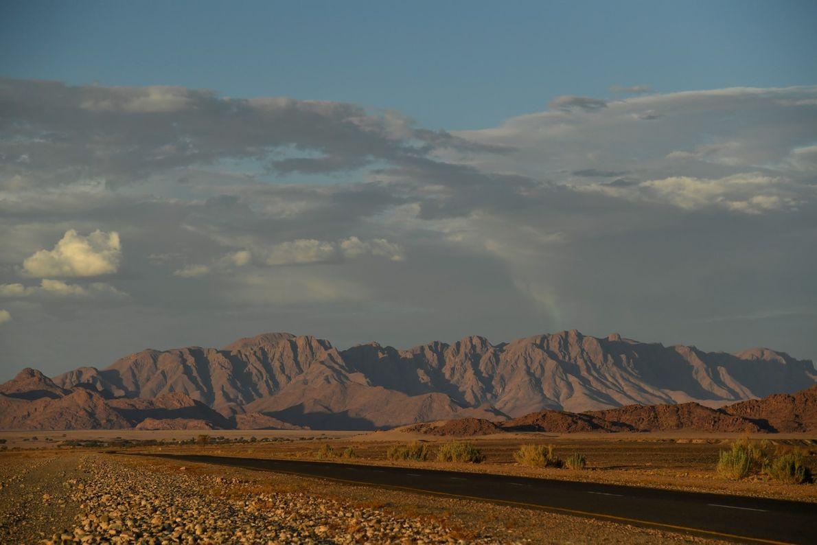 Montanhas dramáticas na paisagem do caminho de Sossusvlei