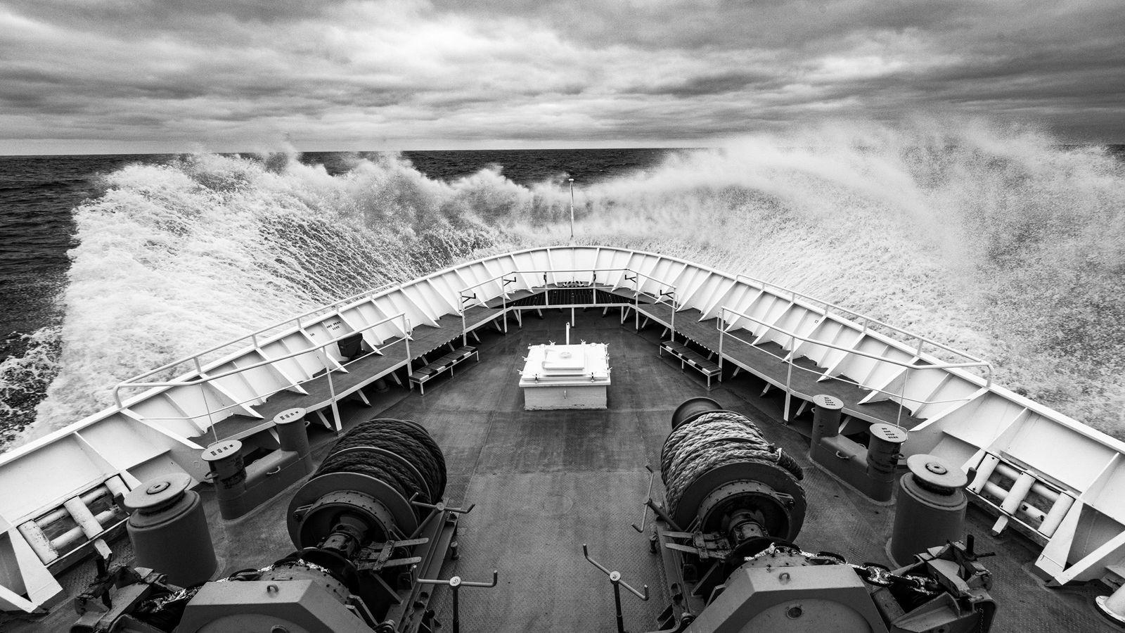 O navio National Geographic Explorer atravessa as águas geladas do oceano a caminho da Ilha Geórgia ...